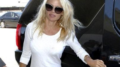 Pamela Anderson makes no effort in unflattering white T-shirt dress