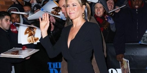 Jennifer Aniston Showing Shapely Legs in Jon Stewart's Show