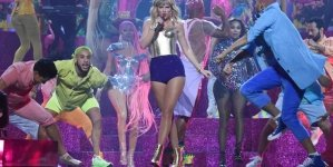 """Taylor Swift Performed """"Lover"""" For the First Time at the VMAs, and Things Got Emotional"""